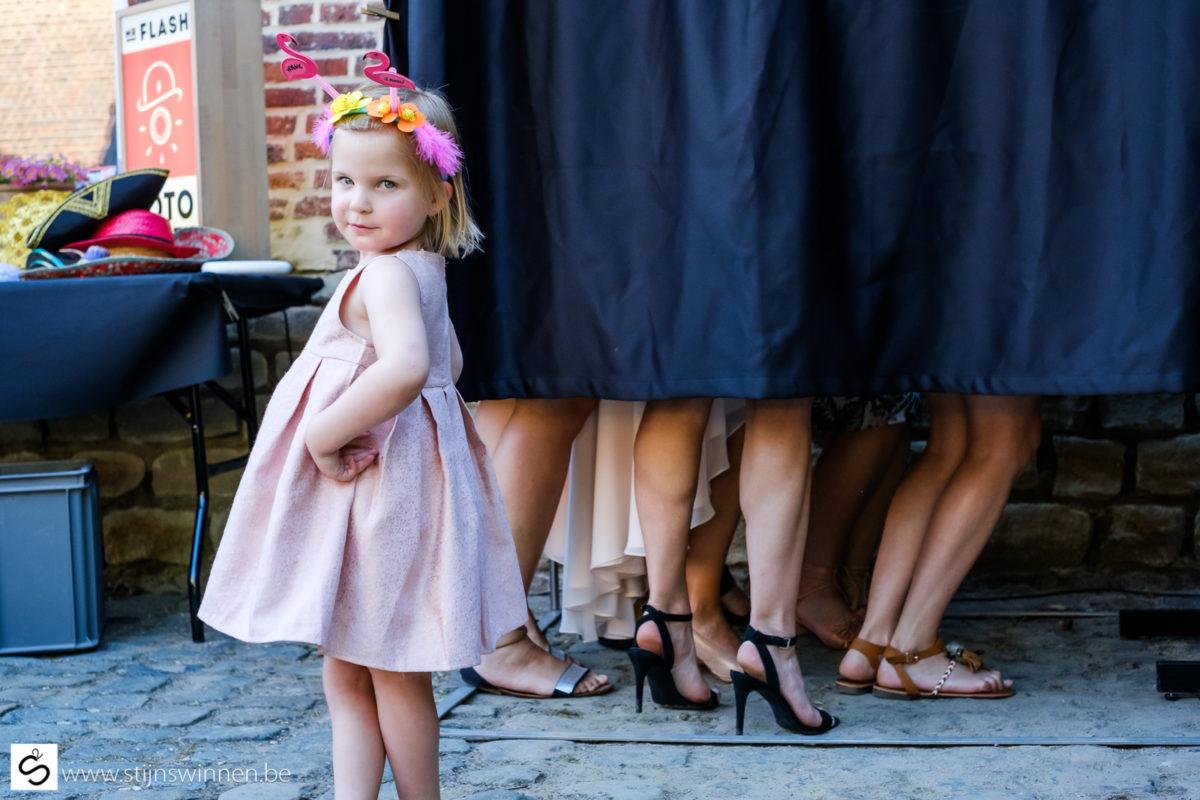 Kleine meisjes en grote meisjes poseren