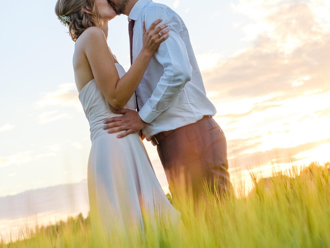 Fotoshoot in het veld bij ondergaande zon
