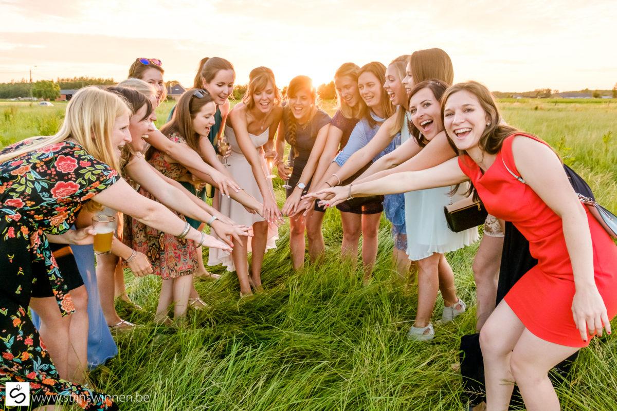 Team girls warmen op voor avondfeest
