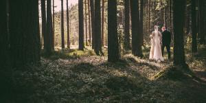 Foto van koppel in bos met mooi zonlicht